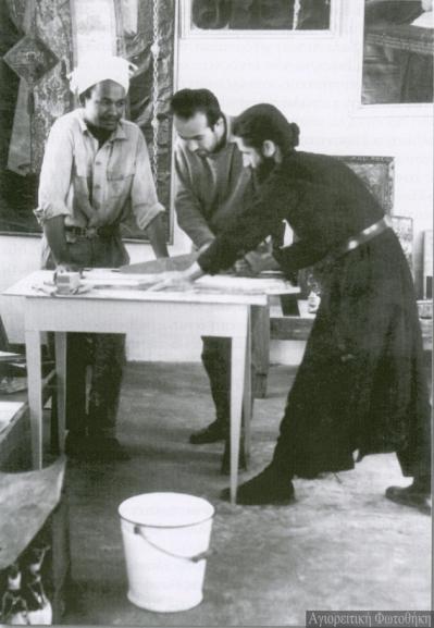 Εργαζόμενος ως ξυλουργός στην συντήρηση των εικόνων του Σινά